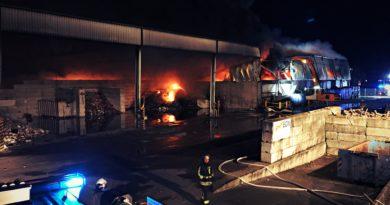 Moerser Feuerwehrleute unterstützen bei Großbrand in Krefeld!