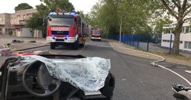 Verkehrsunfall mit Personenrettung aus einem völlig zerstörten PKW
