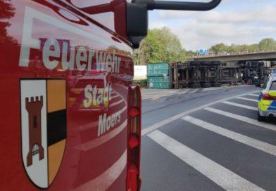Umgestürzter LKW im Autobahnkreuz Moers