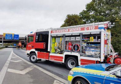 LKW stürzt im Autobahnkreuz Moers auf die Seite! Fahrer in Kabine eingeschlossen!