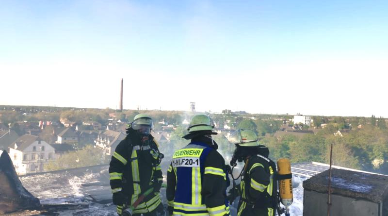 Dach eines 8-geschossigen Wohnhauses wird durch Brand zerstört!